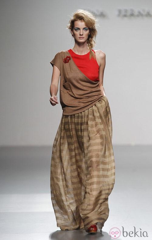 Maxi falda marrón de rayas de Kina Fernández en Cibeles, colección primavera de 2012