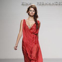 Vestido toga rojo de Kina Fernández en Cibeles, colección primavera de 2012
