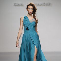 Vestido turquesa de estilo asimétrico de Kina Fernández en Cibeles, colección primavera de 2012