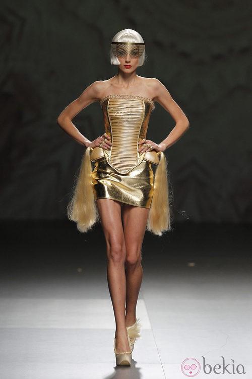 Corsé dorado de Maya Hansen en Cibeles, colección de primavera de 2012