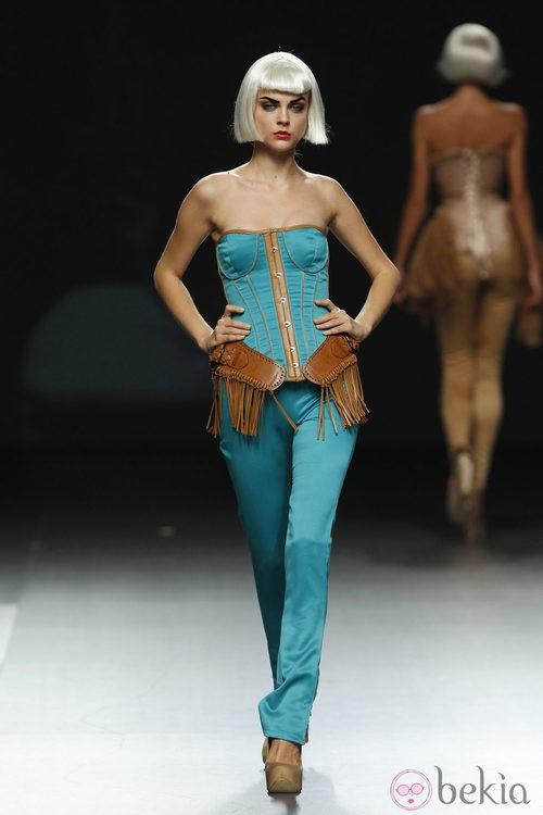 Corsé turquesa con cuero de Maya Hansen en Cibeles, colección de primavera de 2012