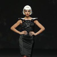 Vestido negro con correas de cuero de Maya Hansen en Cibeles, colección de primavera de 2012