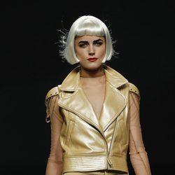 Cazadora de cuero beige con cadenas doradas de Maya Hansen en Cibeles, colección de primavera de 2012
