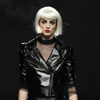 Cazadora de látex con tachuelas de Maya Hansen en Cibeles, colección de primavera de 2012