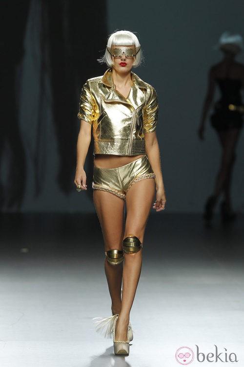 Cazadora dorada y short con trenzas de Maya Hansen en Cibeles, colección de primavera de 2012