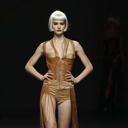Corsé forrado de cuero de Maya Hansen en Cibeles, colección de primavera de 2012