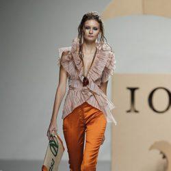 Camisa de volantes y pantalón naranja de de Ion Fiz en Cibeles, colección primavera 2012