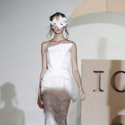 Vestido de novia con incrustaciones de plumas de Ion Fiz en Cibeles, colección primavera 2012