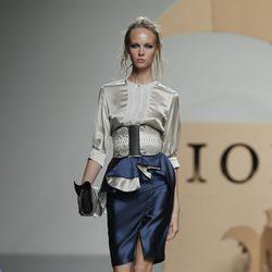 Camisa beis y falda con volantes azul océano de Ion Fiz en Cibeles, colección primavera 2012