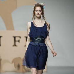 Vestido en azul y maxicinturón de Ion Fiz en Cibeles, colección primavera 2012