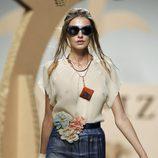 Blusa beis y falda lápiz en azul de Ion Fiz en Cibeles, colección primavera 2012