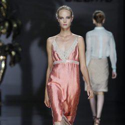 Vestido rosa de inspiración lencera de Ailanto en Cibeles, colección primavera 2012