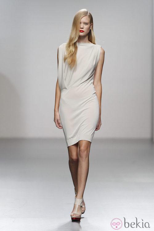 Ajustado vestido blanco de Amaya Arzuaga en Cibeles, colección primavera de 2012