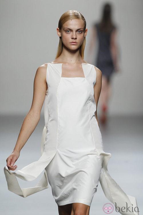 Vestido blanco de Lemoniez en Cibeles, colección primavera de 2012
