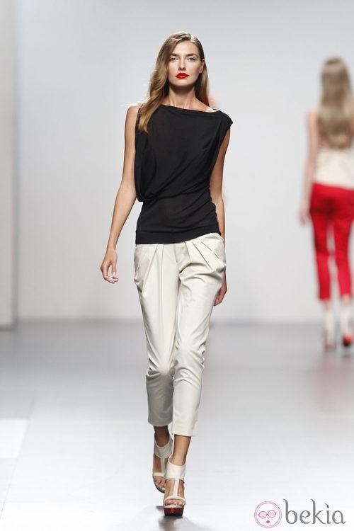 Pantalón blanco de Amaya Arzuaga en Cibeles, colección primavera de 2012