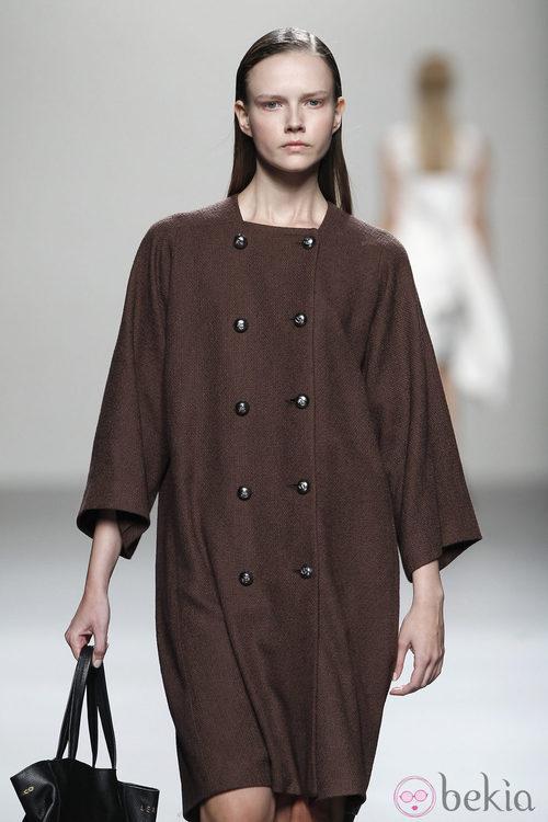 Abrigo marrón de Lemoniez en Cibeles, colección primavera 2012