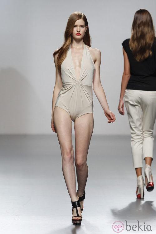 Bañador en tono nude drapeado de Amaya Arzuaga en Cibeles, colección primavera de 2012