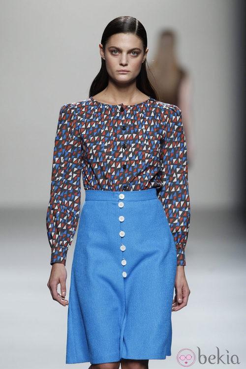 Blusa estampada y falda azul de Lemoniez en Cibeles, colección 2012