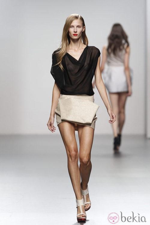 Blusa negra transparente de Amaya Arzuaga en Cibeles, colección primavera de 2012