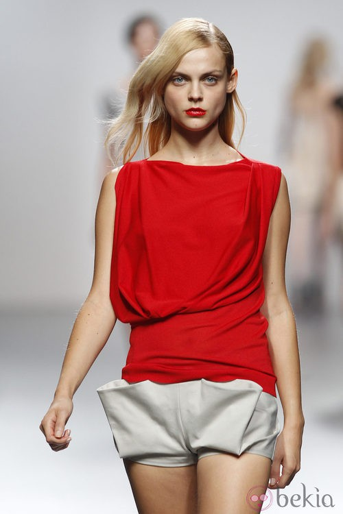 Top rojo y short blanco de Amaya Arzuaga en Cibeles, colección primavera de 2012