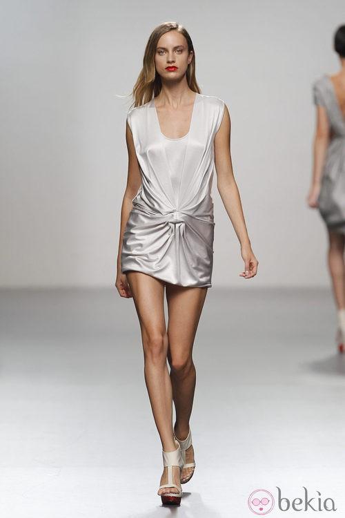 Vestido gris con fruncido frontal de Amaya Arzuaga en Cibeles, colección primavera de 2012