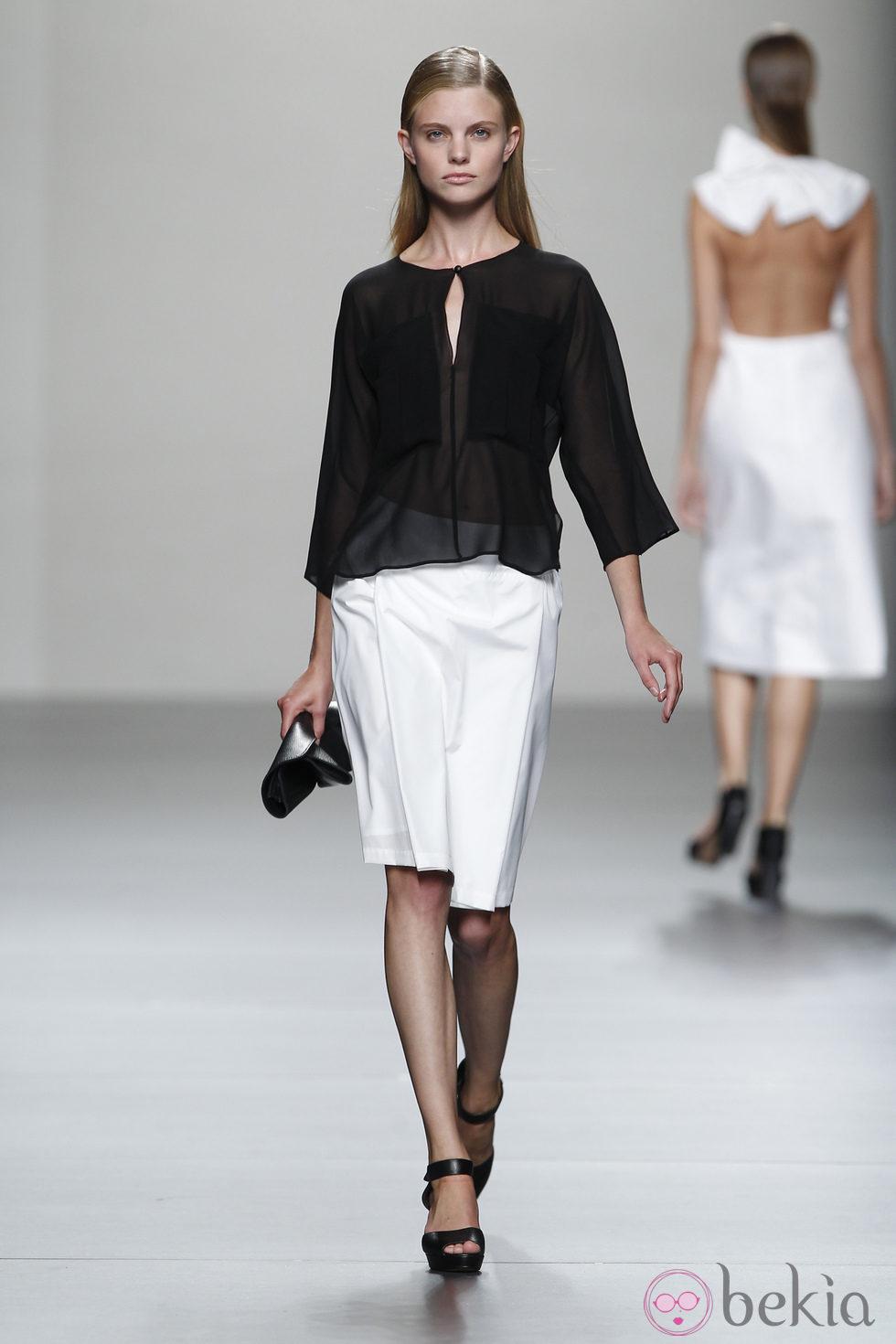 Camisa negra y falda blanca de Lemoniez, colección ...