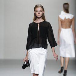 Camisa negra y falda blanca de Lemoniez, colección primavera 2012