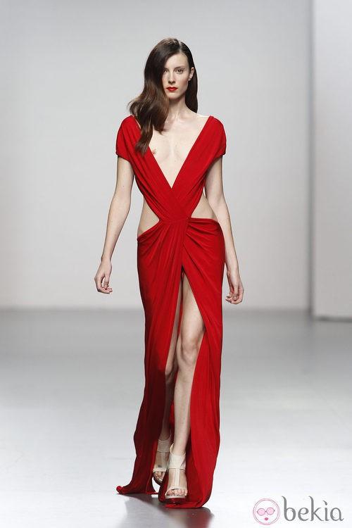 Escotadísimo vestido rojo drapeado de Amaya Arzuaga en Cibeles, colección primavera de 2012