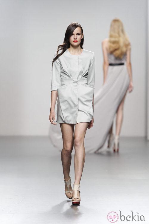 Abrigo gris de Amaya Arzuaga en Cibeles, colección primavera de 2012