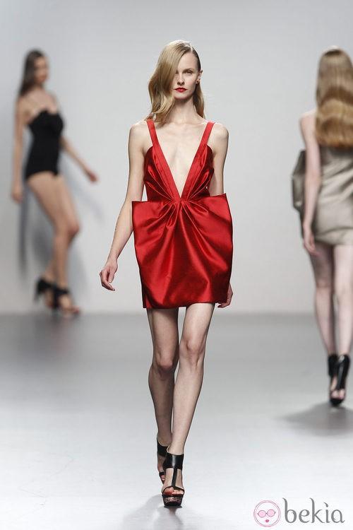 Vestido rojo escotado de Amaya Arzuaga en Cibeles, colección primavera de 2012