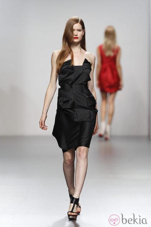 Vestido negro con escote palabra de honor de Amaya Arzuaga en Cibeles, colección primavera de 2012