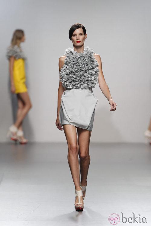 Vestido gris con frondoso fruncido de Amaya Arzuaga en Cibeles, colección primavera de 2012