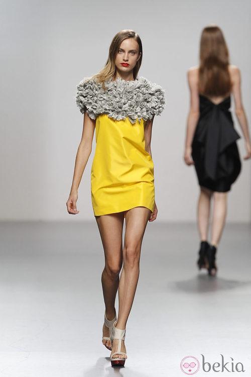 Vestido amarillo con fruncidos de Amaya Arzuaga en Cibeles, colección primavera de 2012