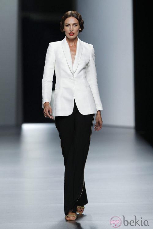 Traje de chaqueta de Juanjo Oliva en Cibeles, colección primavera de 2012