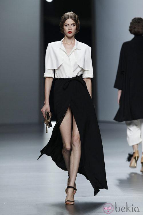 Falda negra con abertura frontal de Juanjo Oliva en Cibeles, colección primavera de 2012