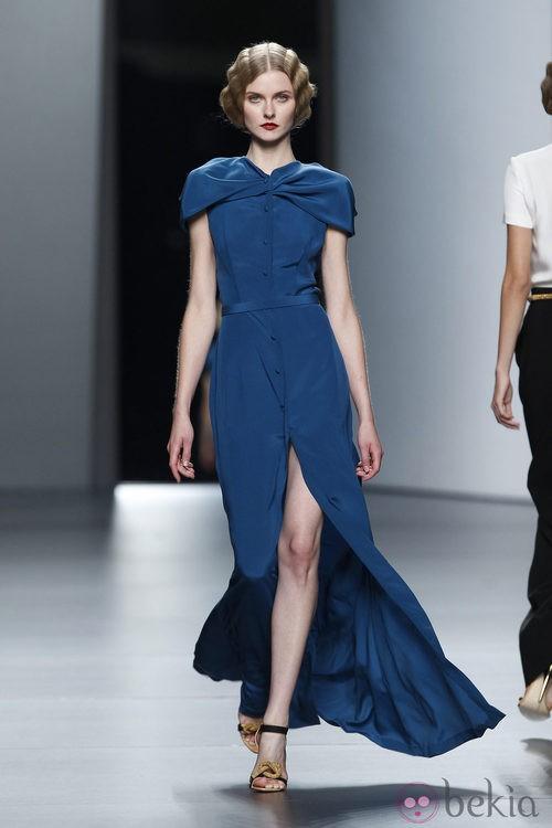 Vestido añil de inspiración años cuarenta de Juanjo Oliva en Cibeles, colección primavera de 2012,