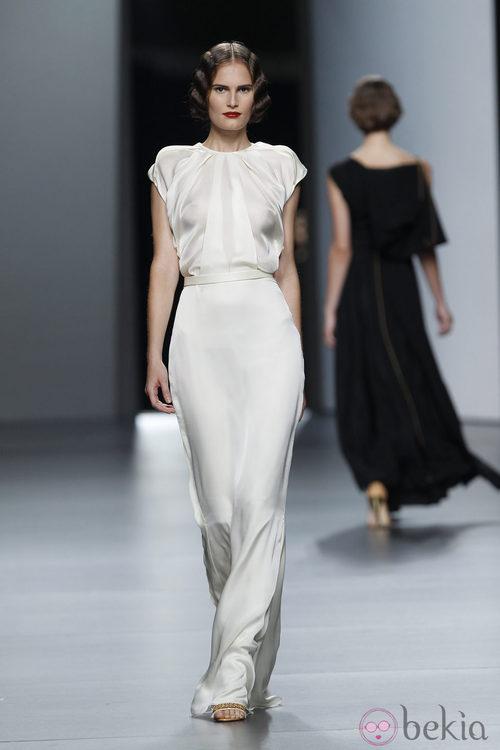 Vestido blanco de Juanjo Oliva en Cibeles, colección primavera de 2012