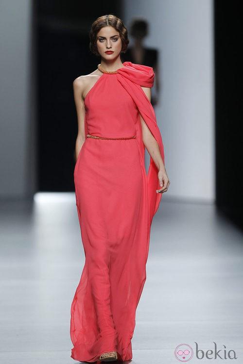 Vestido de noche en tono coral de Juanjo Oliva en Cibeles, colección primavera de 2012