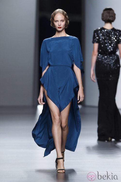 Vestido añil con aberturas de Juanjo Oliva en Cibeles, colección primavera de 2012