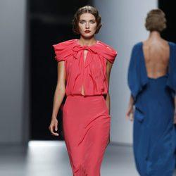 Vestido escotado en color coral de Juanjo Oliva en Cibeles, colección primavera de 2012