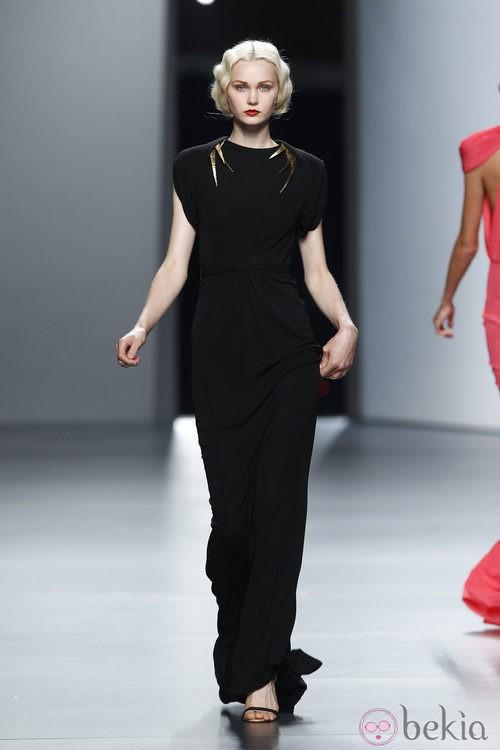 Vestido negro de Juanjo Oliva en Cibeles, colección primavera de 2012