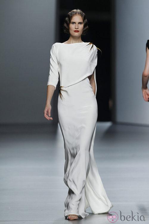 Vestido blanco con detalles dorados de Juanjo Oliva en Cibeles, colección primavera de 2012