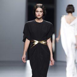 Vestido negro con hombreras de Juanjo Oliva en Cibeles, colección primavera de 2012