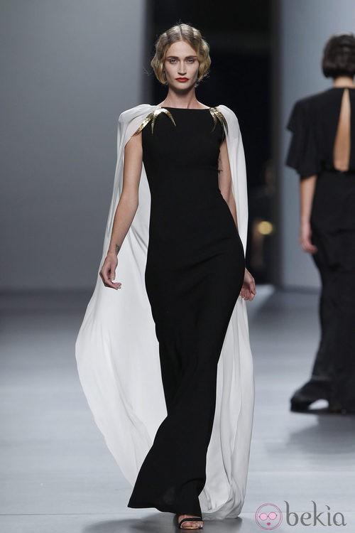 Vestido negro con capa blanca de Juanjo Oliva en Cibeles, colección primavera de 2012