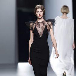 Vestido negro con encaje de Juanjo Oliva en Cibeles, colección primavera de 2012