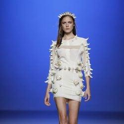 Vestido con cuernos de Martin Lamothe en Cibeles