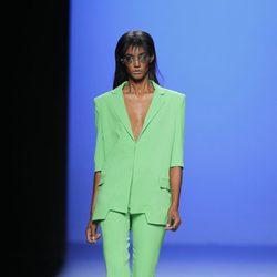 Traje pantalón verde de Martin Lamothe en Cibeles