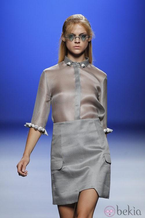Camisa gris transparente de Martin Lamothe en Cibeles