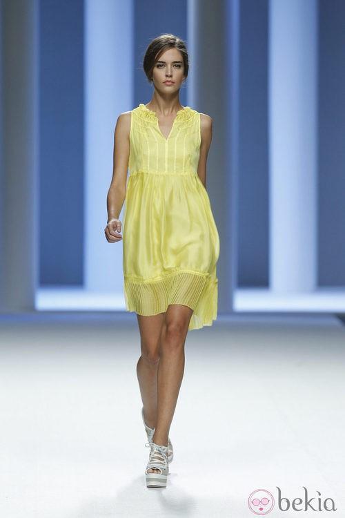 Clara Alonso desfila con un vestido amarillo de Sita Murt en Cibeles