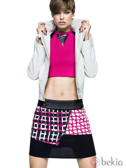Crop top rosa neón y falda asimétrica de Sisley para primavera/verano 2014